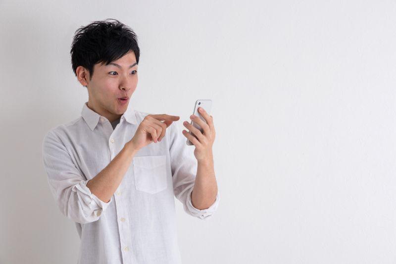 驚く 男性 携帯